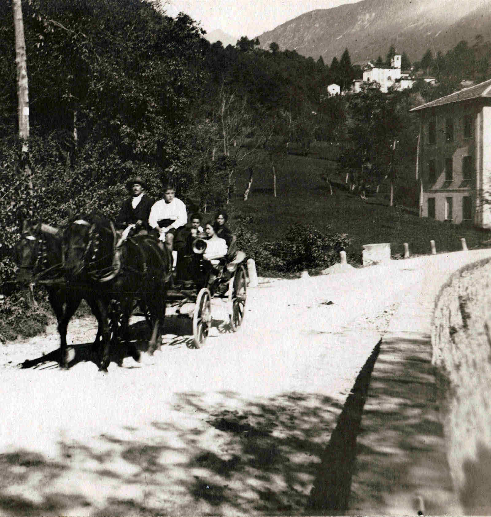 6 - Guido family on a carriage near the Villa